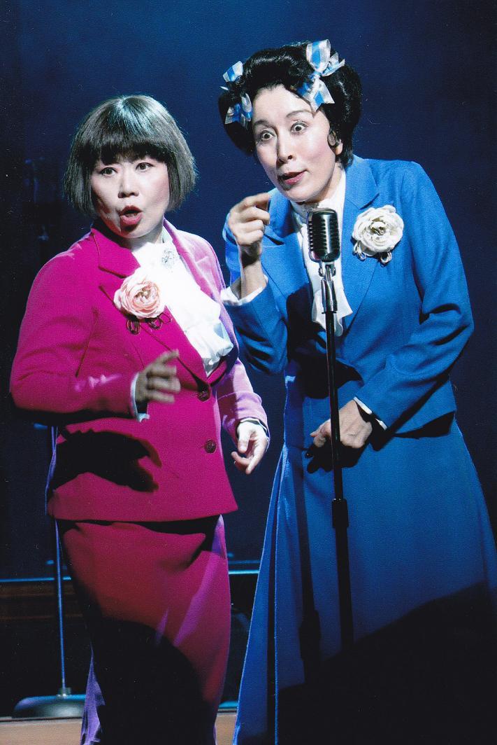 舞台でお笑い芸人のコンビを演じる高畑淳子